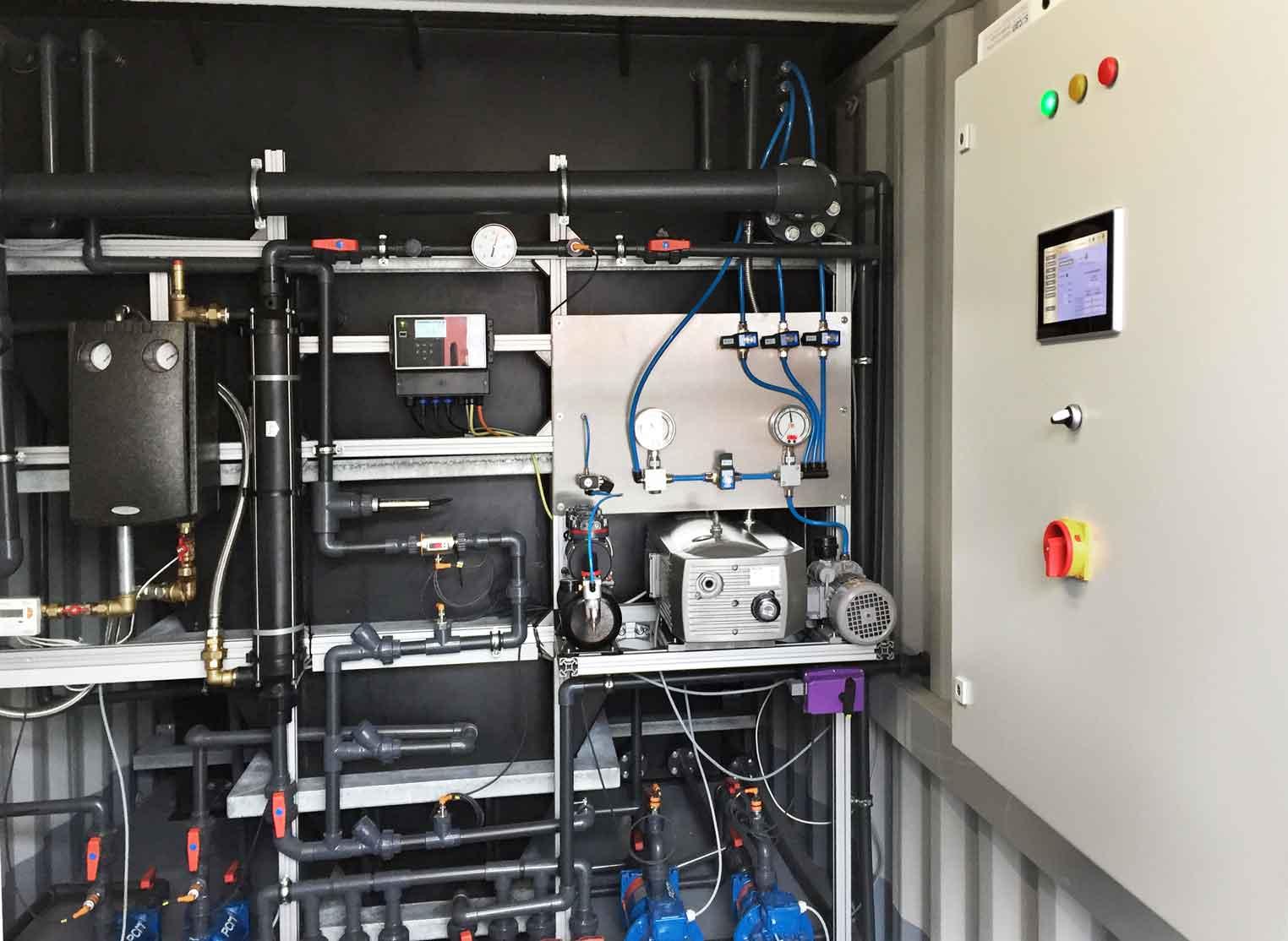 ein Technikraum von einer Containeranlage von innen