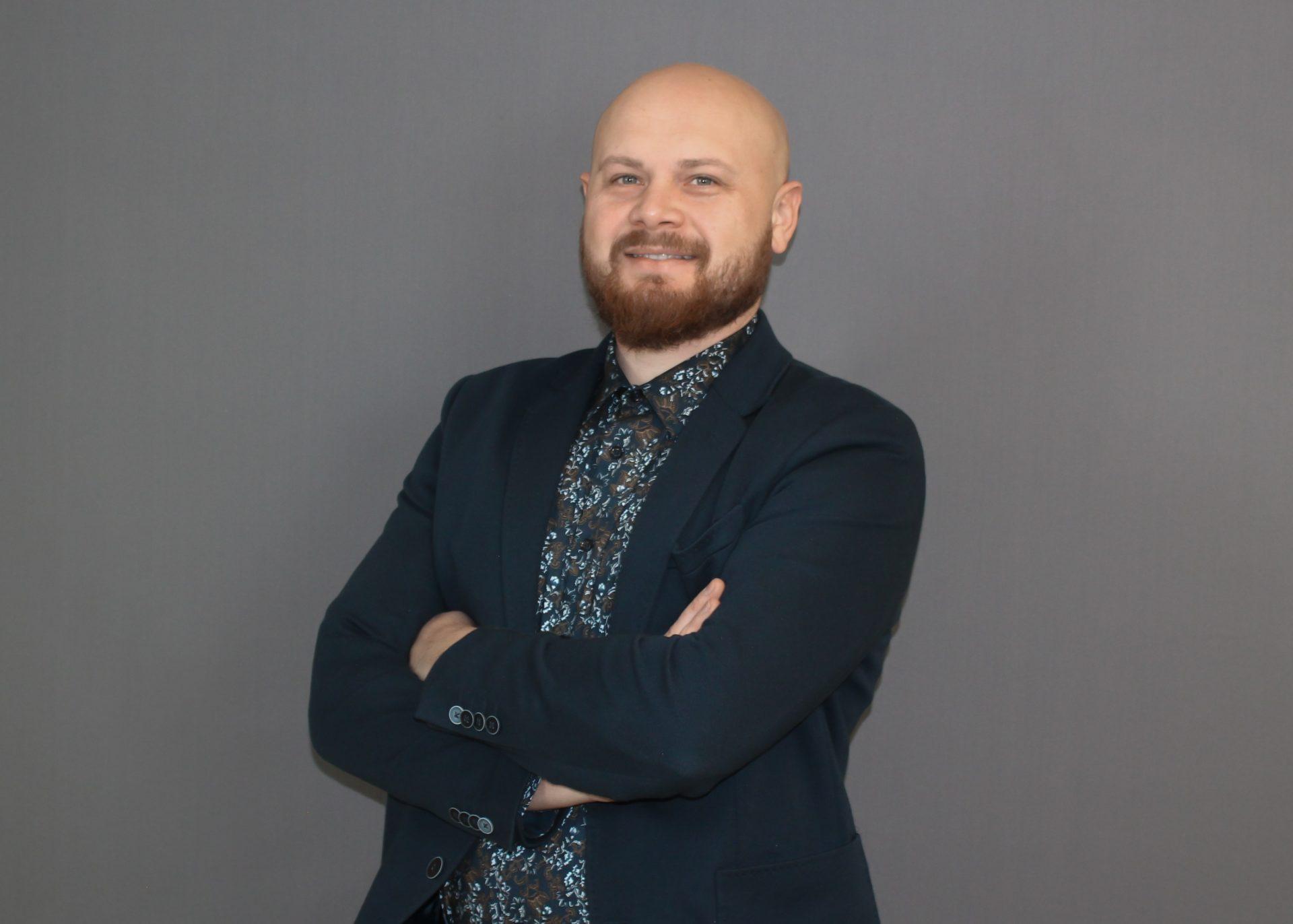 Ein Portrait von Vadim Salkutsan vor einem grauen Hintergrund